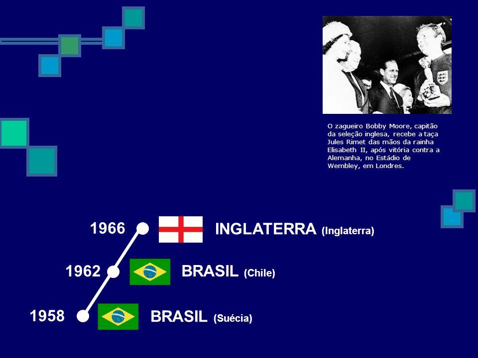 1962 BRASIL (Chile) BRASIL (Suécia) 1958 INGLATERRA (Inglaterra) 1966 O zagueiro Bobby Moore, capitão da seleção inglesa, recebe a taça Jules Rimet da