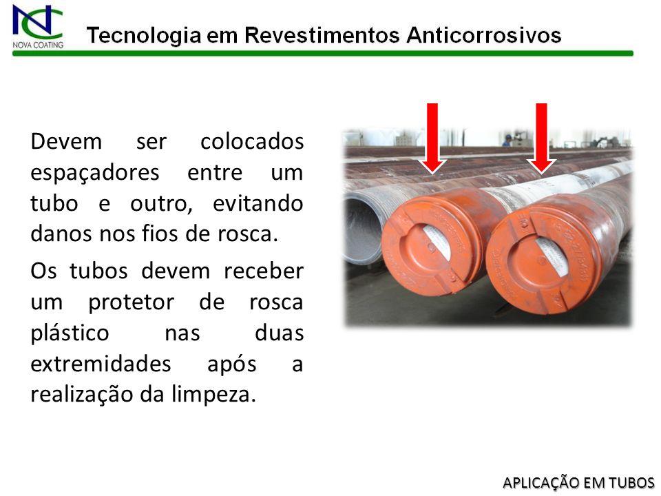 Os tubos jamais, sob hipótese alguma, deverão ficar sem proteção nas roscas dos pinos (espaçadores e/ou protetores de rosca de plástico).