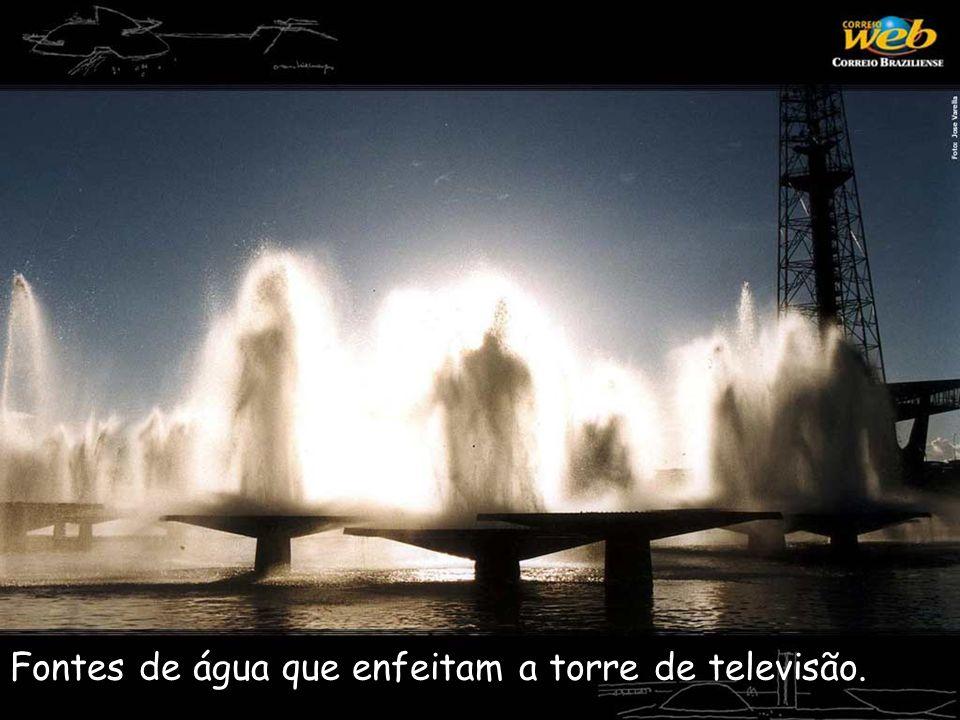 Fontes de água que enfeitam a torre de televisão.