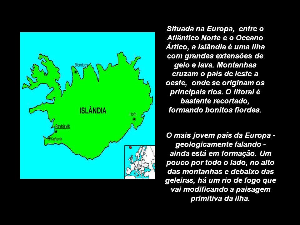 Situada na Europa, entre o Atlântico Norte e o Oceano Ártico, a Islândia é uma ilha com grandes extensões de gelo e lava.