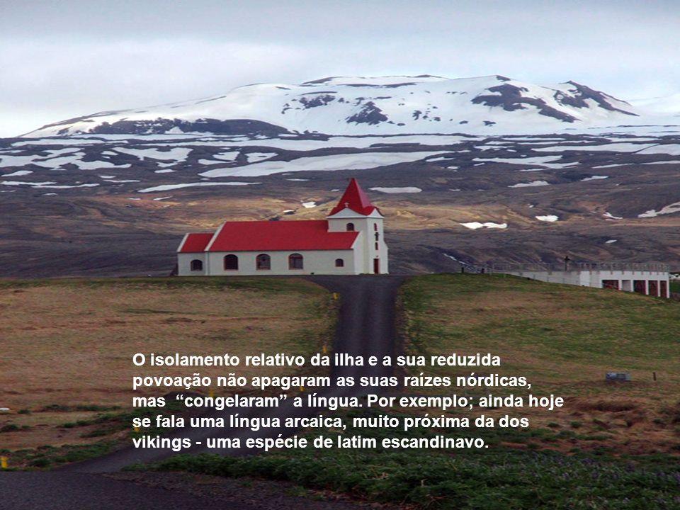 Cerca de um terço da ilha fica acima dos seiscentos metros de altitude, e as montanhas tomam cores irreais graças à atividade vulcânica