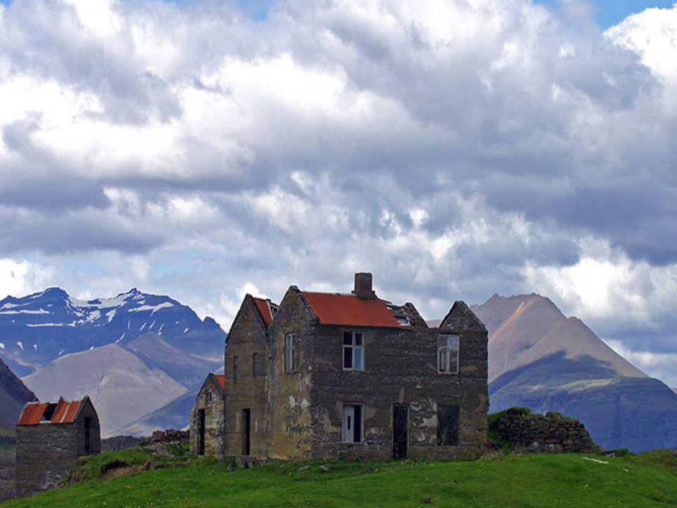 A natureza é, de fato, o mais espantoso espetáculo da ilha, que tornou-se muito cedo uma província da Noruega e passou para as mãos da Dinamarca durante a União de Kalmar, que reunia estes dois países e a Suécia.