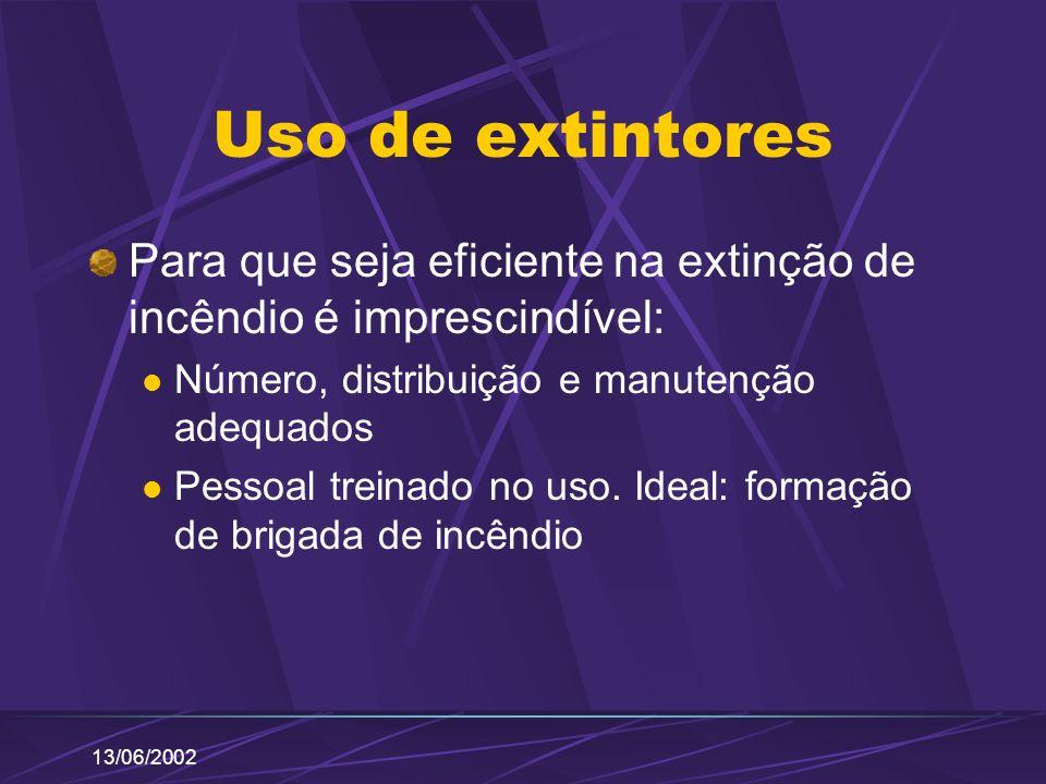 13/06/2002 Uso de extintores Para que seja eficiente na extinção de incêndio é imprescindível: Número, distribuição e manutenção adequados Pessoal tre