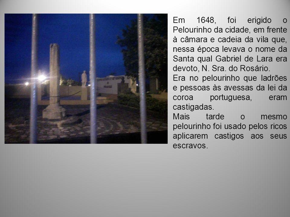 O Símbolo D El Rey de Portugal Na Praça Tiradentes está o monolito que representa o poder legalmente constituído do governo português e a caracterização de Curitiba como vila, em 29-3-1693.