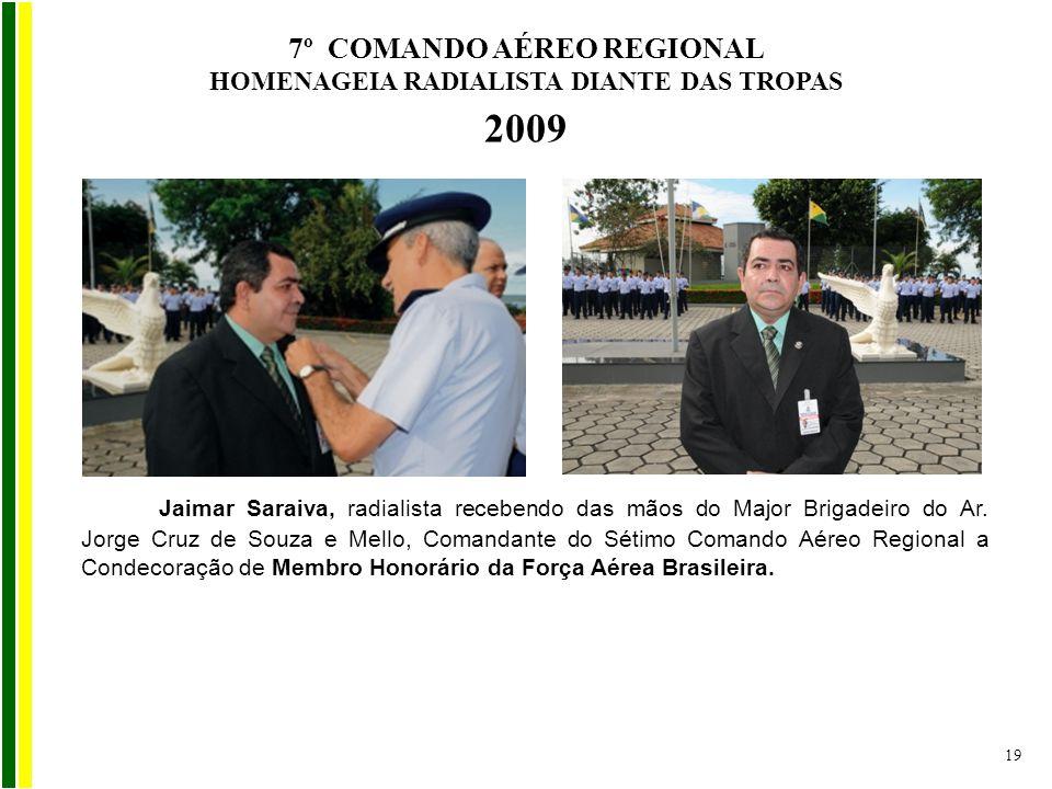 Jaimar Saraiva, radialista recebendo das mãos do Major Brigadeiro do Ar. Jorge Cruz de Souza e Mello, Comandante do Sétimo Comando Aéreo Regional a Co