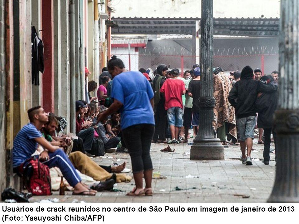 Usuários de crack reunidos no centro de São Paulo em imagem de janeiro de 2013 (Foto: Yasuyoshi Chiba/AFP)