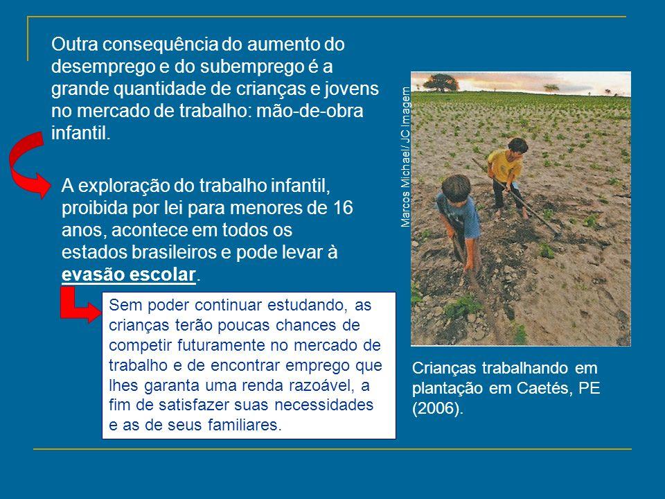 Marcos Michael/ JC Imagem Crianças trabalhando em plantação em Caetés, PE (2006). Outra consequência do aumento do desemprego e do subemprego é a gran