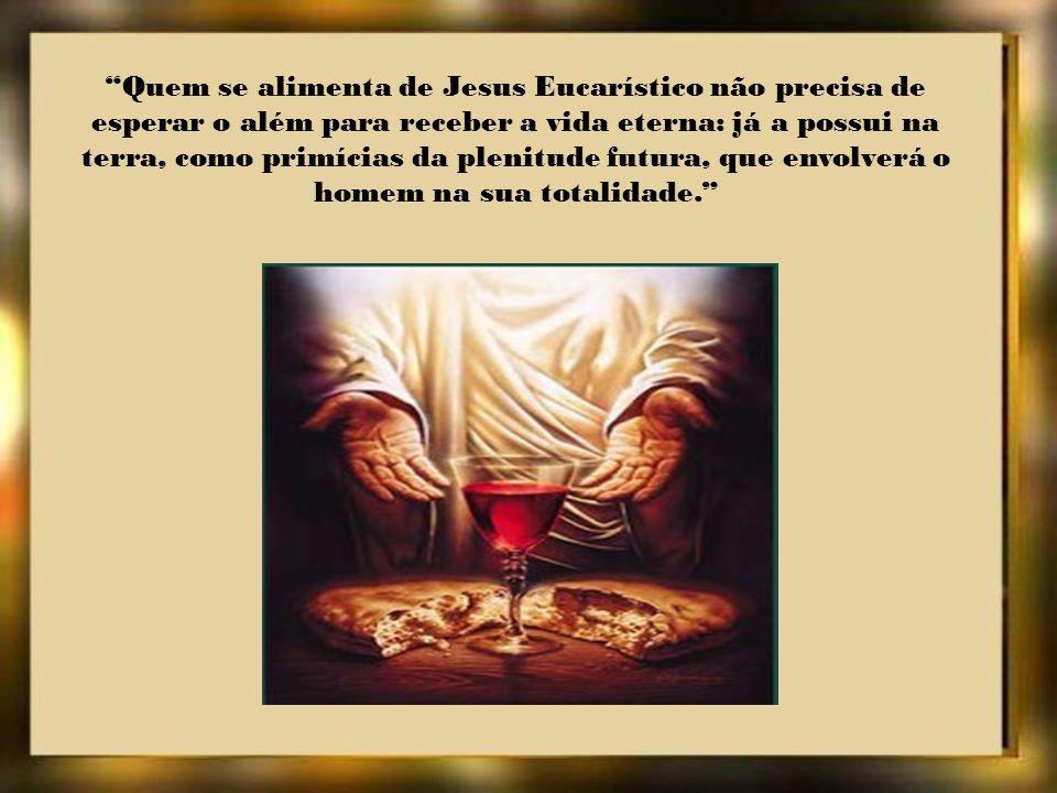 A Eucaristia, une o céu e a terra. Abraça e impregna toda a criação. O mundo saído das mãos de Deus criador volta a ele redimido por Cristo.