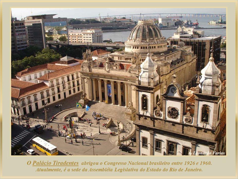 Confeitaria Colombo, com 116 anos de tradição, localiza-se no centro histórico da cidade, sendo um dos principais pontos turísticos da Região Central