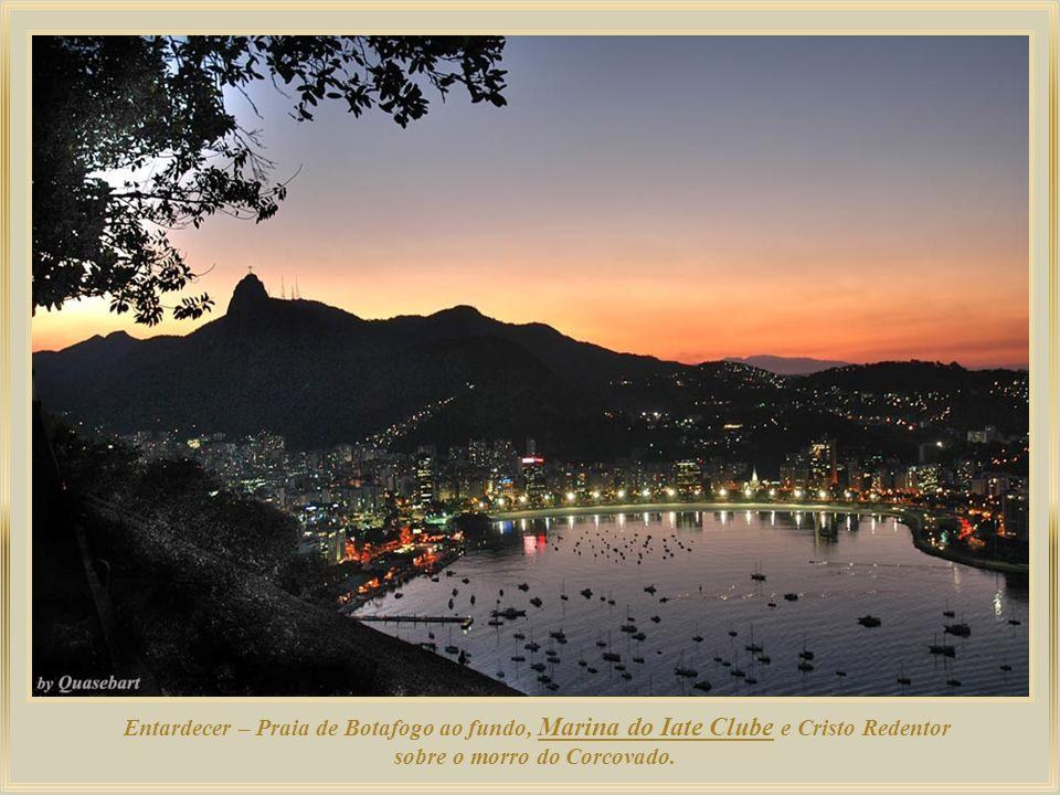 Marina do Iate Clube – Praia de Botafogo ao fundo, e Cristo Redentor sobre o morro do Corcovado.