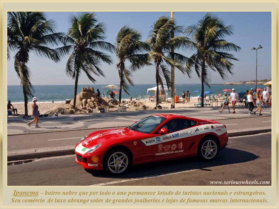 Entre o Forte de Copacabana e a praia de Ipanema, a praia do Arpoador constitui lugar ideal para se apreciar o belo espetáculo do sol se pondo atrás d