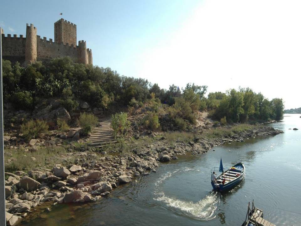 Durante todo o ano há sempre um barqueiro para assegurar a passagem para a ilha em poucos minutos.