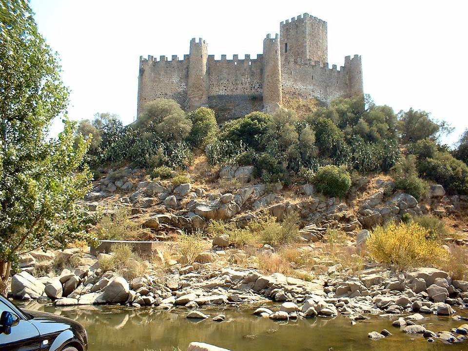 O Castelo de Almourol, também conhecido como o Castelo dos Templários, é sem dúvida, uma das mais belas e originais fortalezas existentes em Portugal.