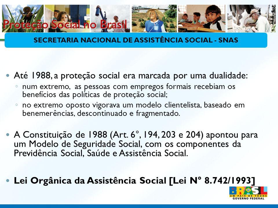 Proteção Social no Brasil Até 1988, a proteção social era marcada por uma dualidade: num extremo, as pessoas com empregos formais recebiam os benefíci