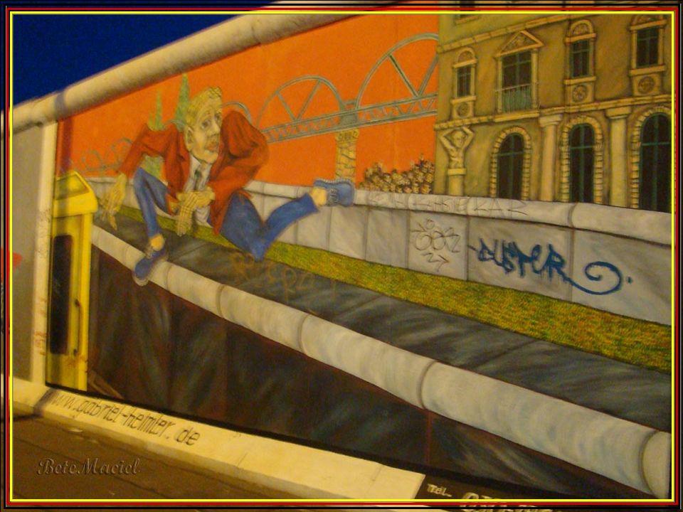 Este muro, além de dividir a cidade de Berlim ao meio, simbolizava a divisão do mundo em dois blocos ou partes: República Federal da Alemanha (RFA), q