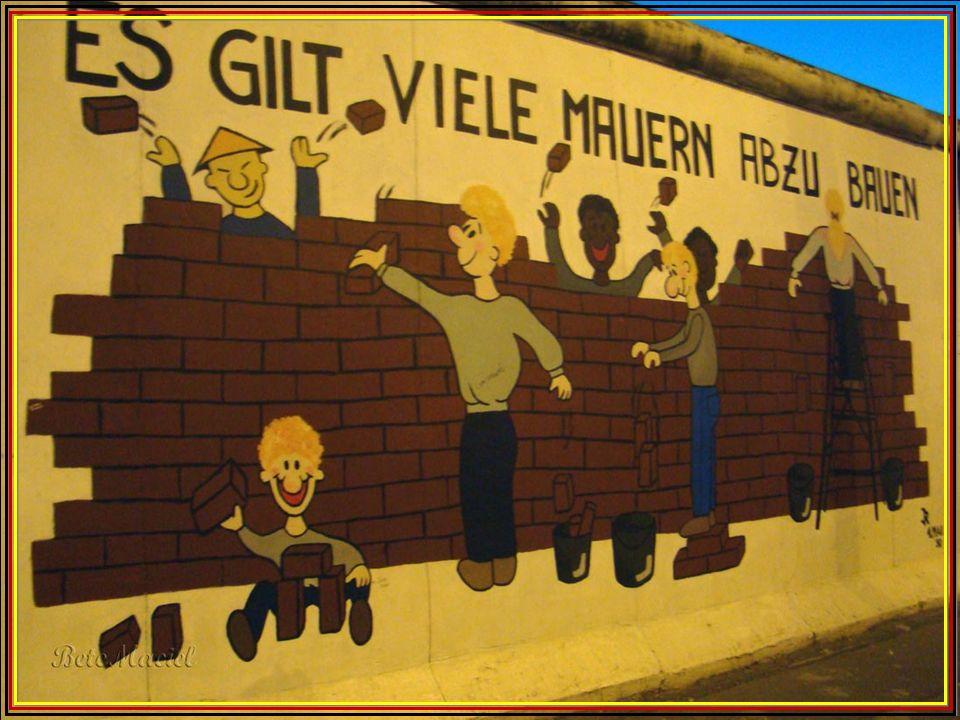 O Muro de Berlim começou a ser demolido na noite de 9 de Novembro de 1989 depois de 28 anos de existência. O evento é conhecido como a queda do muro.