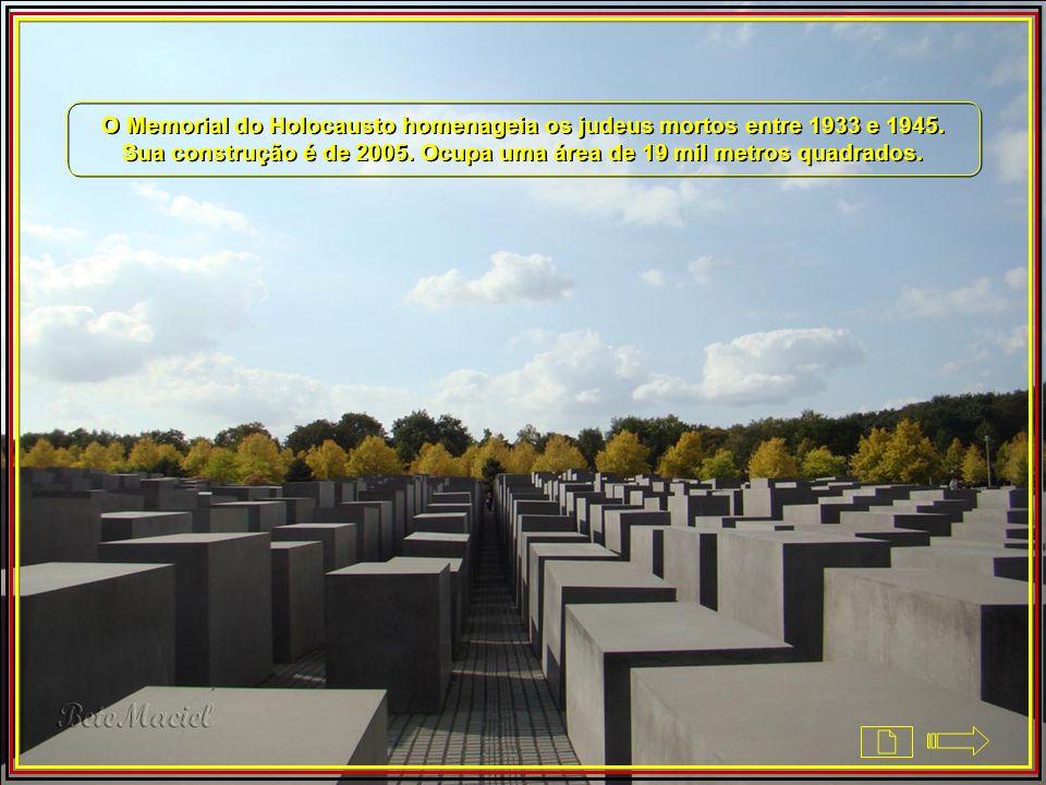 Memorial ás Vítimas do Holocausto A cidade respira história. Ao sair andando da Potsdamer Platz em direção ao Portão de Brandenburgo não há como negar