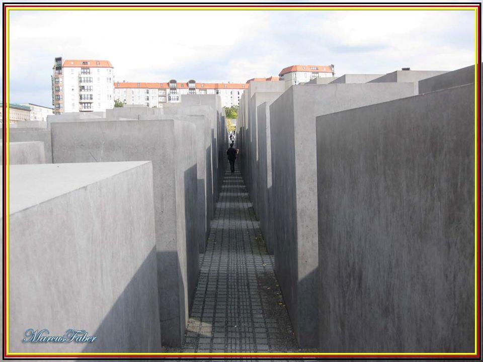 Trata-se de um conjunto de 2711 blocos de betão, de diferentes alturas, por onde o visitante pode caminhar à vontade. Os blocos estão separados entre
