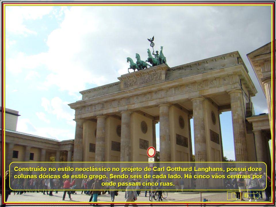 É o único remanescente de uma série de outras entradas de Berlim. Constitui na terminação monumental da