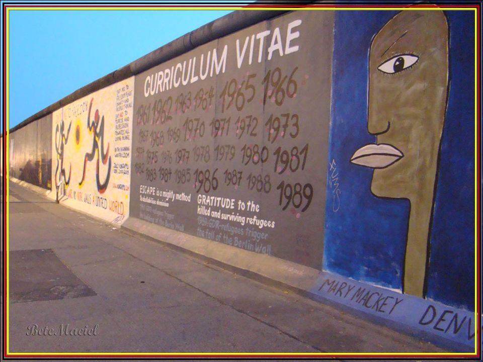 O Muro de Berlim (em alemão Berliner Mauer) era uma barreira física, construída pela República Democrática Alemã (Alemanha Oriental) durante a Guerra
