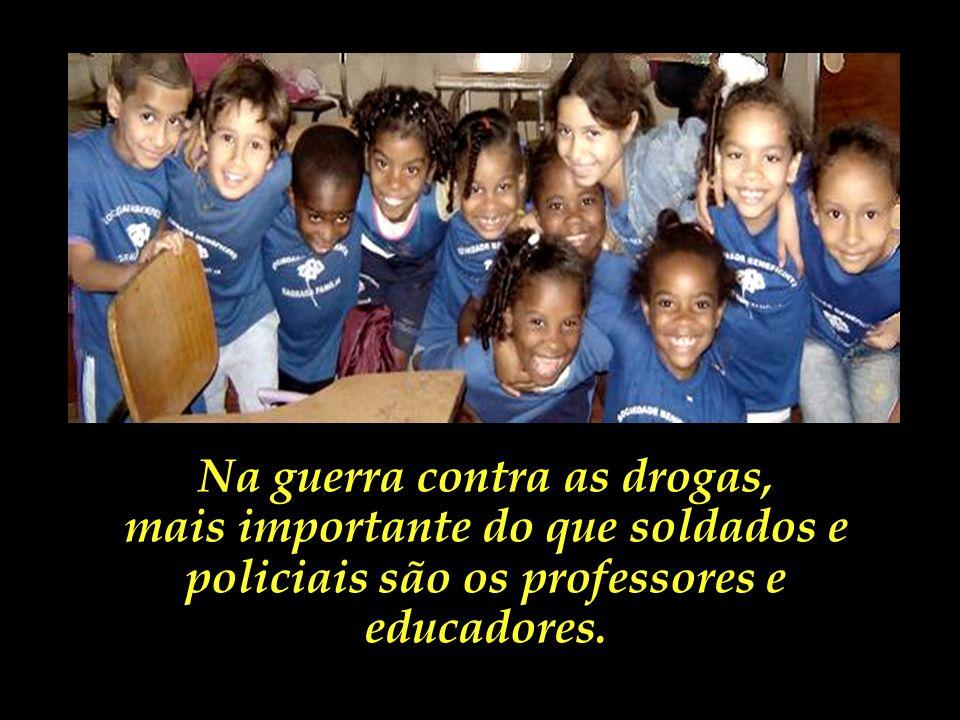 No Brasil, a educação das massas ainda é uma utopia verde-amarela. Silviano Santiago