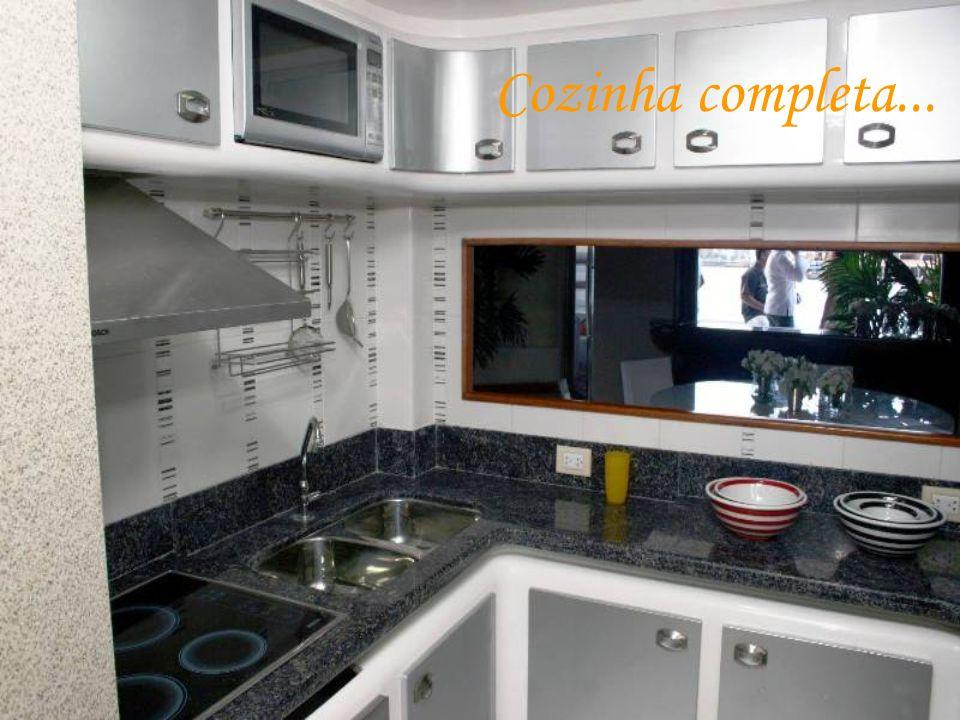 Suíte máster com dois banheiros, hidromassagem vertical, closet e ampla janela panorâmica