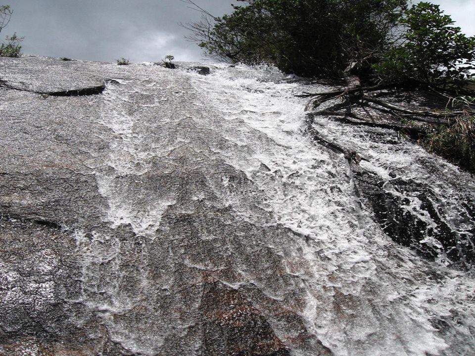 Que tal uma cachoeira pra você se refrescar da longa caminhada?