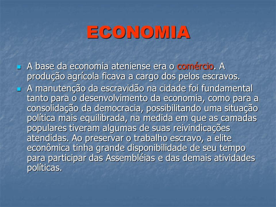 ECONOMIA A base da economia ateniense era o comércio. A produção agrícola ficava a cargo dos pelos escravos. A base da economia ateniense era o comérc