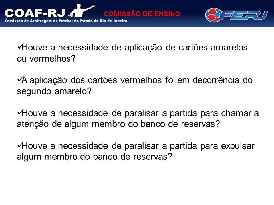 COMISSÃO DE ENSINO O quarto árbitro teve dificuldades em coordenar as ações dos membros do banco de reservas.