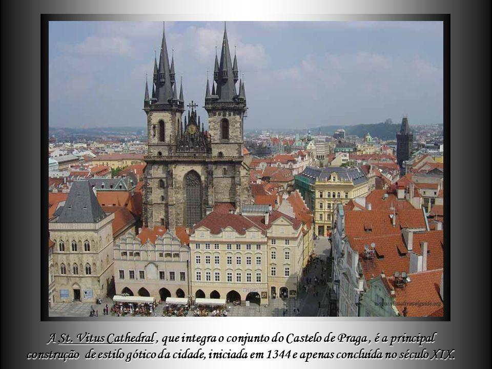 Pouco mais adiante, situa-se a esplêndida ponte Carlos (Karlův most), construída em meados do século XIV, onde os pilares são decorados com, aproximad