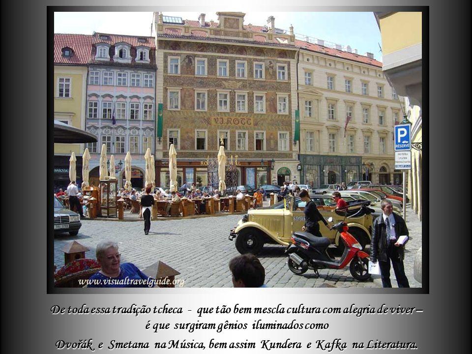 Em Praga nem só os estilos arquitetônicos se harmonizam, mas também – e como em toda Czechoslovakia - o povo equilibra perfeitamente o desfrutar de la