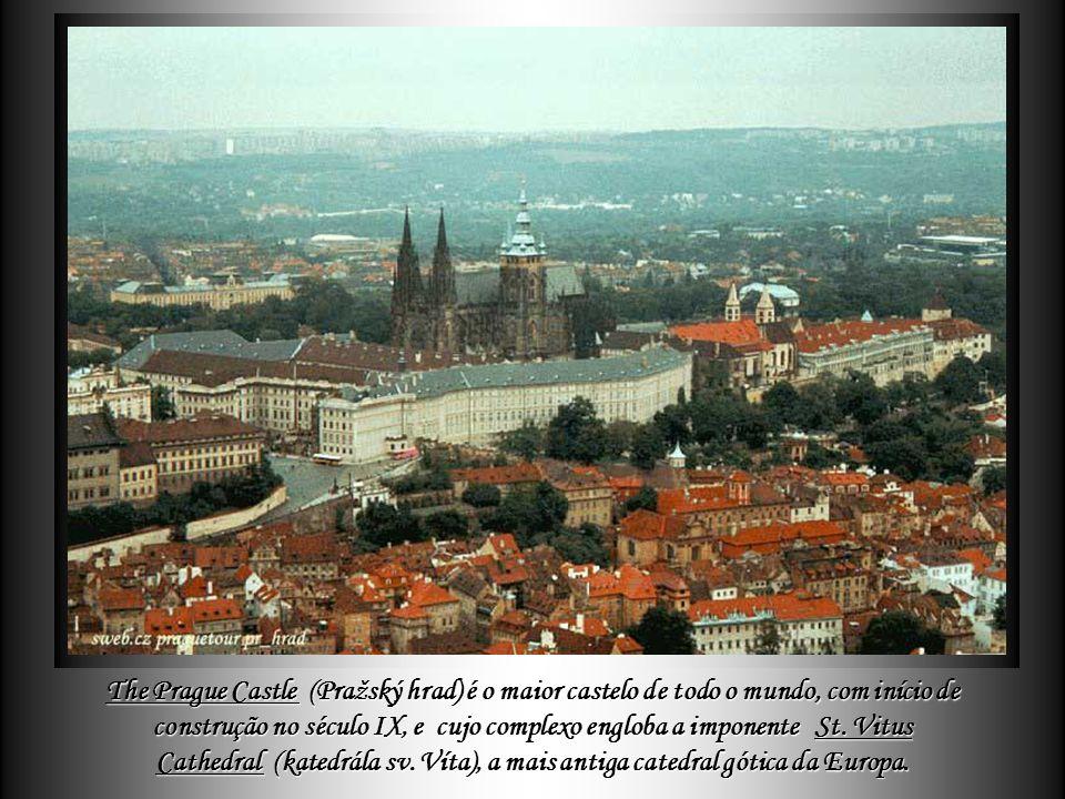 The Prague Castle (Pražský hrad é o maior castelo de todo o mundo, com início de construção no século IX, e cujo complexo engloba a imponente St.