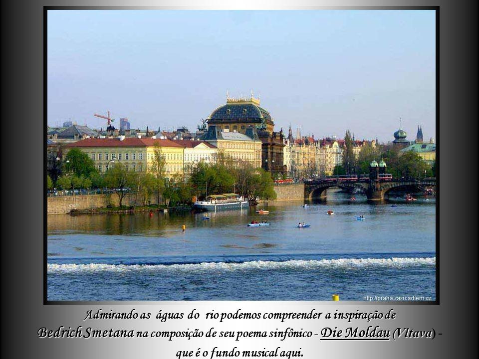 Parte da beleza da cidade é sublinhada pelo curso do rio Vltava com suas belas pontes centenárias. com suas belas pontes centenárias.