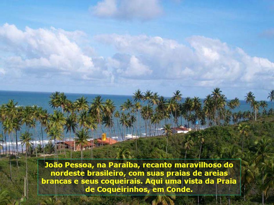 João Pessoa, na Paraíba, recanto maravilhoso do nordeste brasileiro, com suas praias de areias brancas e seus coqueirais.
