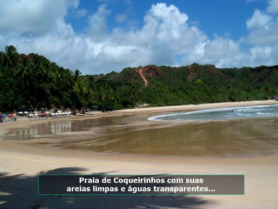 Praia de Coqueirinhos com suas areias limpas e águas transparentes…