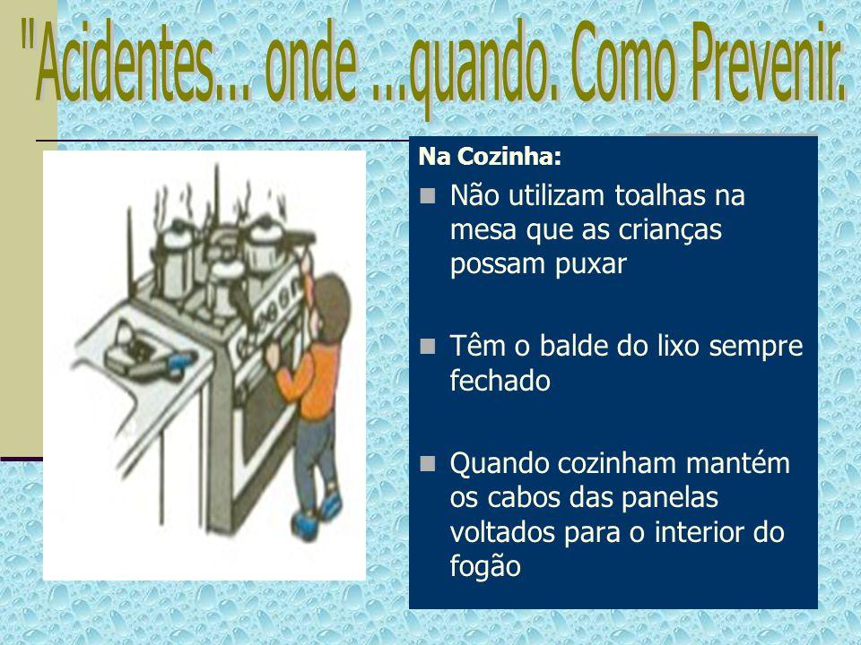 Na Cozinha: Não utilizam toalhas na mesa que as crianças possam puxar Têm o balde do lixo sempre fechado Quando cozinham mantém os cabos das panelas v