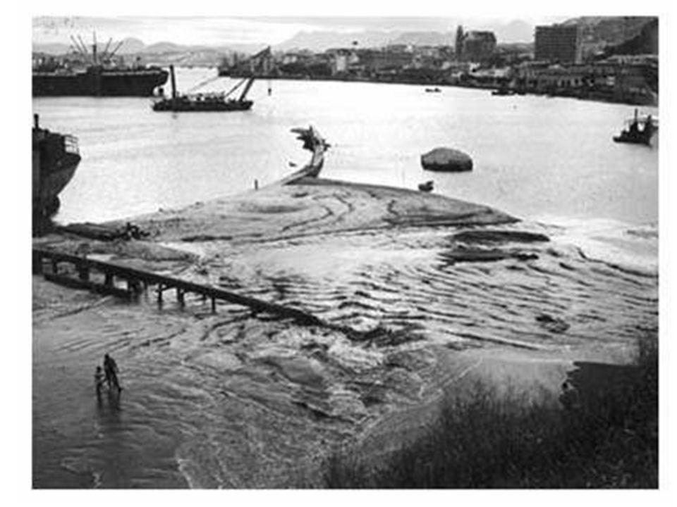 Visão aérea da construção do aterro da Esplanada Capixaba na década de 1950.