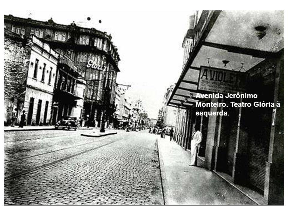 Avenida Jerônimo Monteiro, vendo-se em primeiro plano o atual prédio do Banestes, Ed.