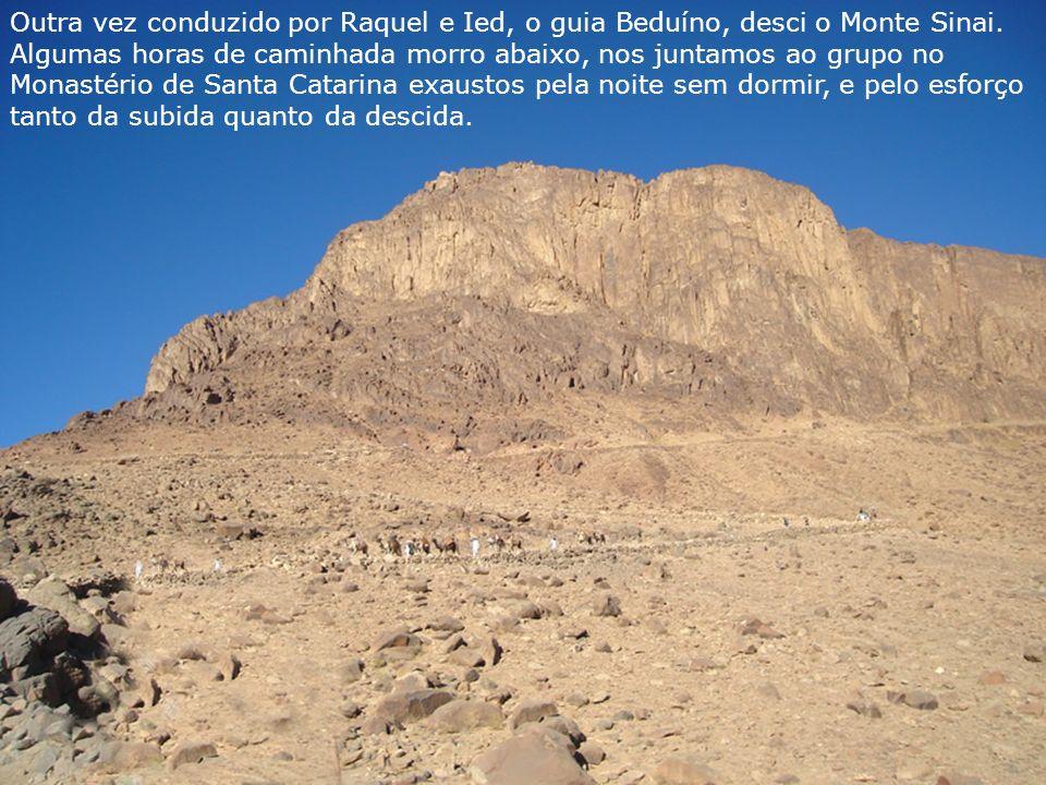 Outra vez conduzido por Raquel e Ied, o guia Beduíno, desci o Monte Sinai. Algumas horas de caminhada morro abaixo, nos juntamos ao grupo no Monastéri