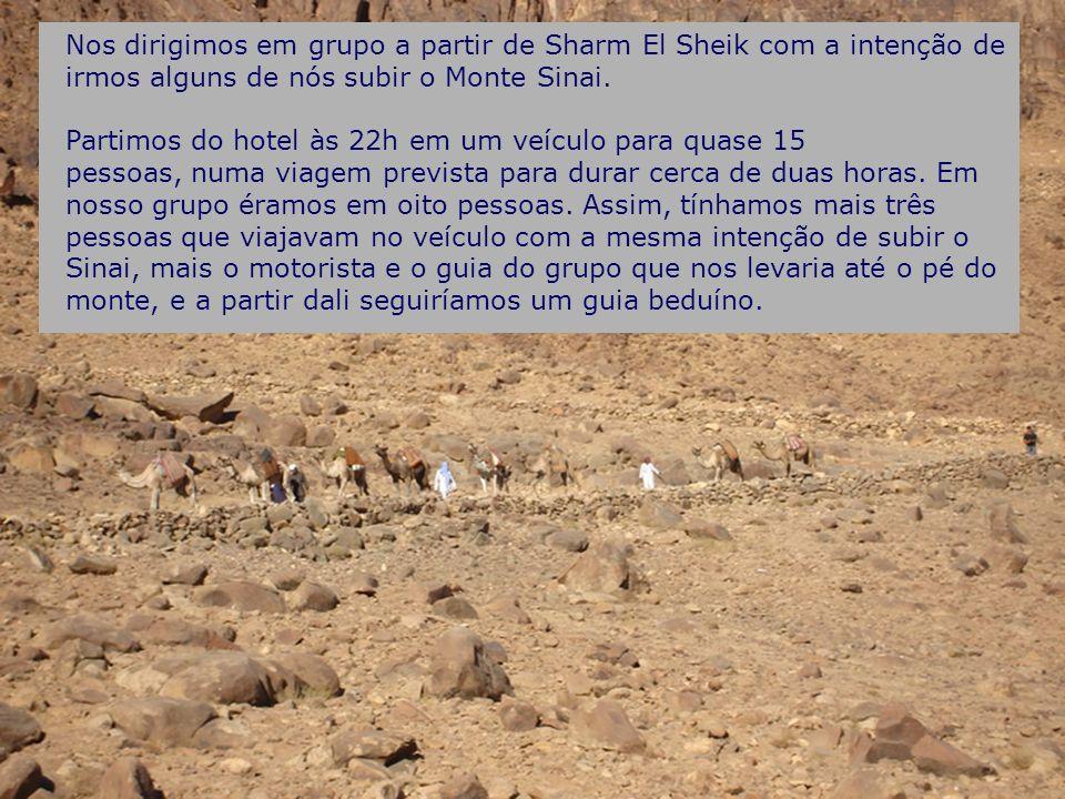 Nos dirigimos em grupo a partir de Sharm El Sheik com a intenção de irmos alguns de nós subir o Monte Sinai. Partimos do hotel às 22h em um veículo pa