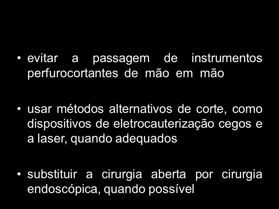 evitar a passagem de instrumentos perfurocortantes de mão em mão usar métodos alternativos de corte, como dispositivos de eletrocauterização cegos e a