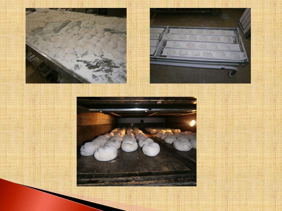 O FORNO É no forno que o pão é cozido. Primeiro o forno é limpo e depois aquecido. Os pães são cobertos de farinha e postos no forno através de pás de