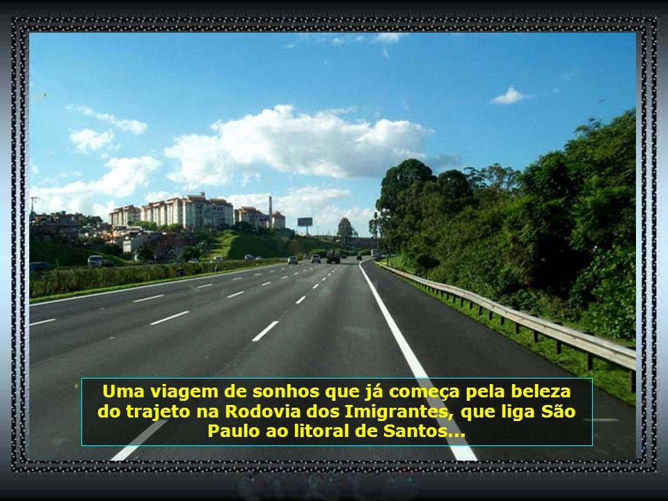 Ancorado no Porto do Rio de Janeiro, de um lado temos o visual da cidade, com seus belos conjuntos comerciais e residenciais...