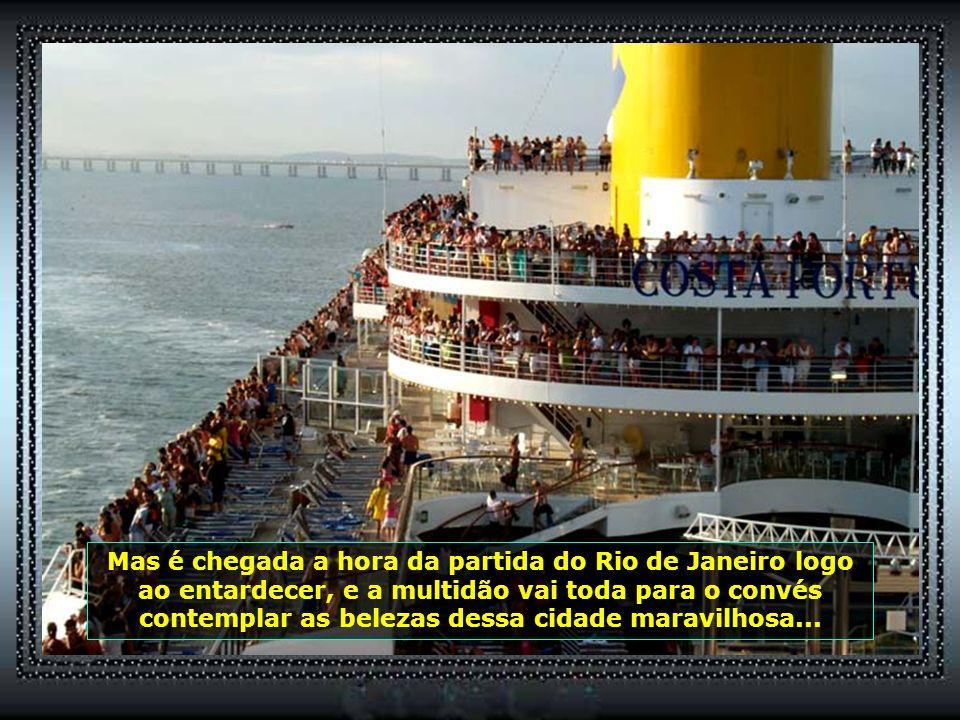 De outro lado, o belíssimo visual da Ponte Rio-Niterói e a Baía de Guanabara, com Niterói ao fundo...