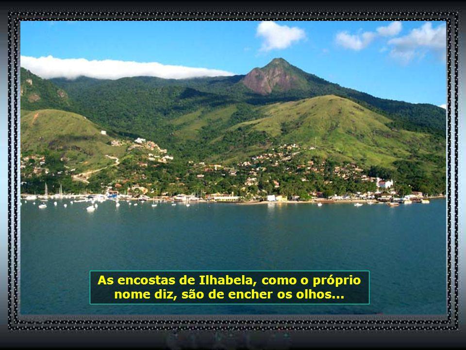 A passagem por Ilhabela reserva paisagens belíssimas. É encanto dentro e fora do navio...