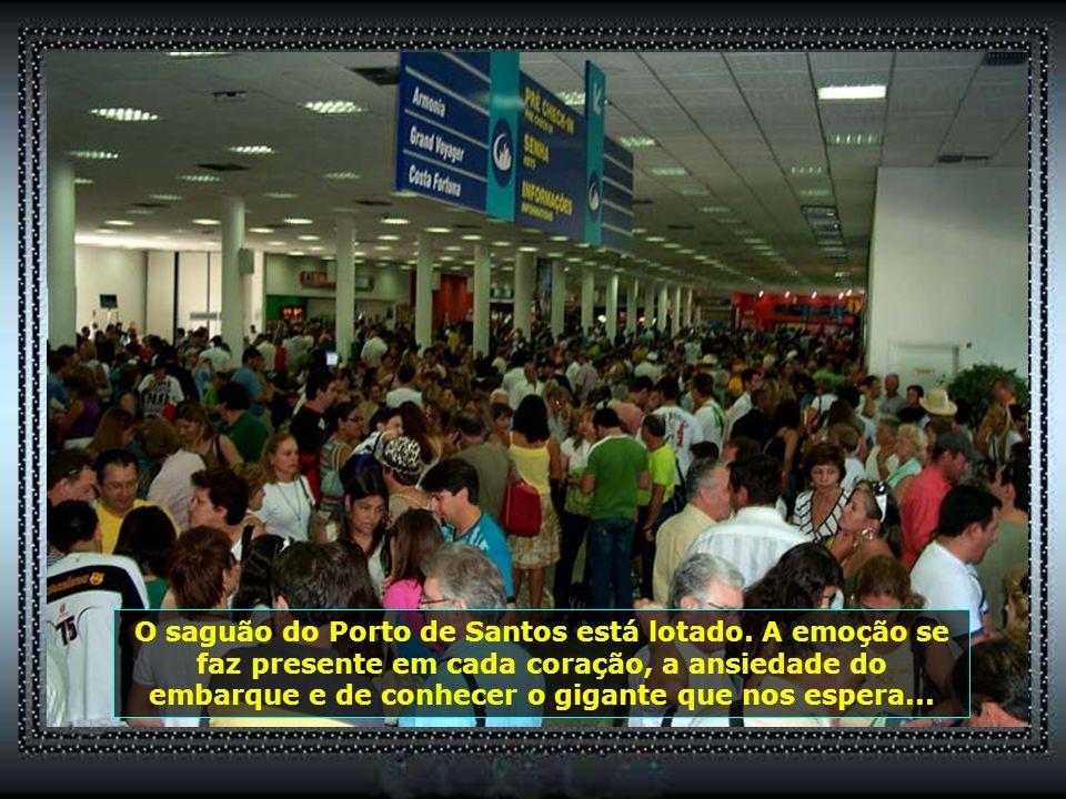 O saguão do Porto de Santos está lotado.