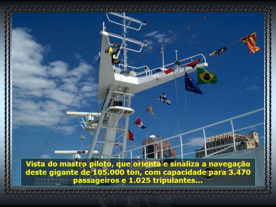 Vista do mastro piloto, que orienta e sinaliza a navegação deste gigante de 105.000 ton, com capacidade para 3.470 passageiros e 1.025 tripulantes...