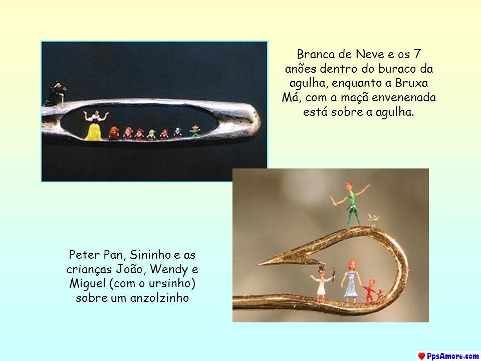 Branca de Neve e os 7 anões dentro do buraco da agulha, enquanto a Bruxa Má, com a maçã envenenada está sobre a agulha.