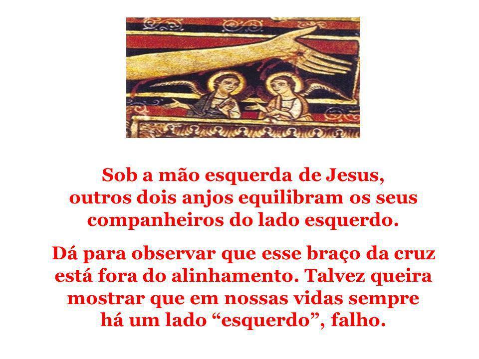 Sob a mão esquerda de Jesus, outros dois anjos equilibram os seus companheiros do lado esquerdo. Dá para observar que esse braço da cruz está fora do