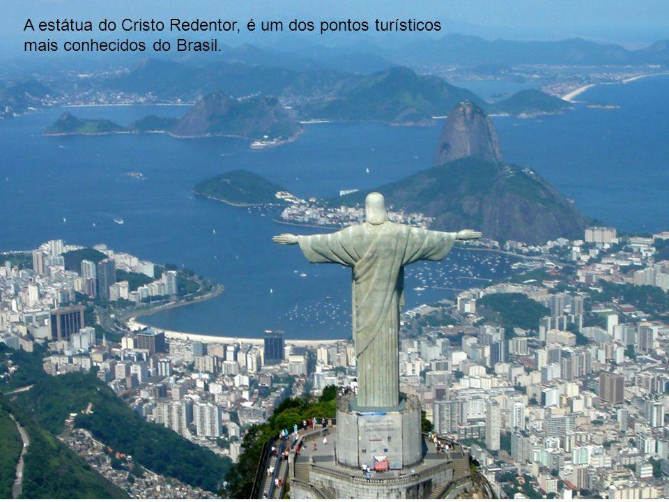 A estátua do Cristo Redentor, é um dos pontos turísticos mais conhecidos do Brasil.